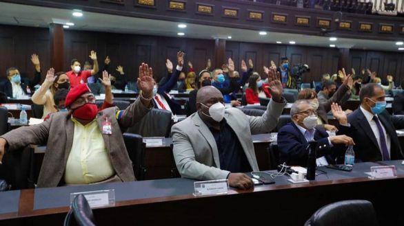 Diputados afines a Maduro votando este miércoles en la Asamblea Nacional.