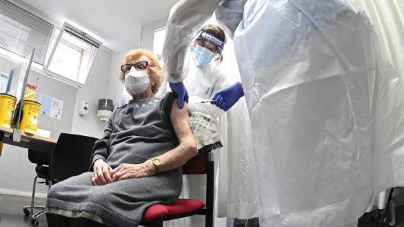 Comienzo de la campaña vacunación para los mayores de 80 años en el Centro de Salud Barrio del Pilar, de Madrid.