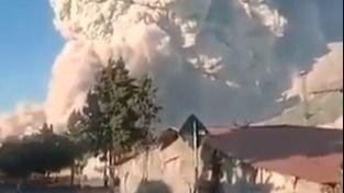 El volcán Sinabung emite una columna de ceniza y humo de 5.000 metros de altura