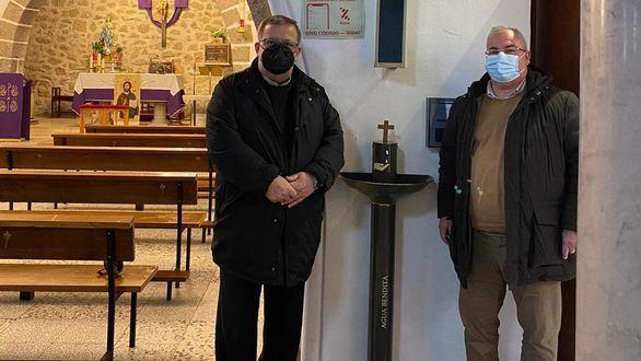 Así son los primeros dispensadores de agua bendita para santiguarse sin riesgos
