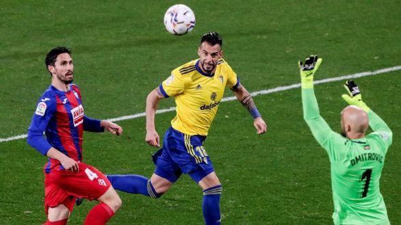 El Cádiz aguanta al Eibar y le mete en un problema | 1-0