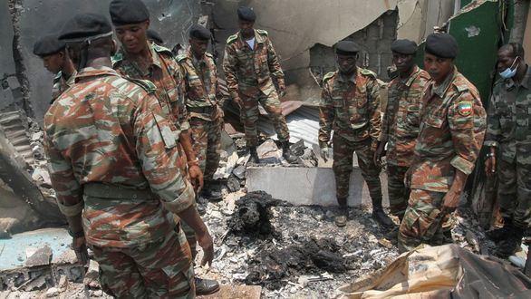 Militares de Guinea Ecuatorial tras la explosión en Bata.