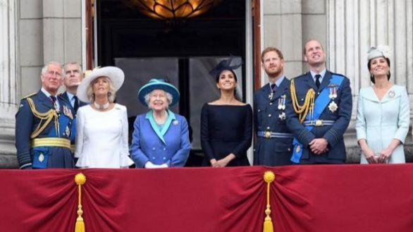 Isabel II responde a Meghan y Harry y tilda de