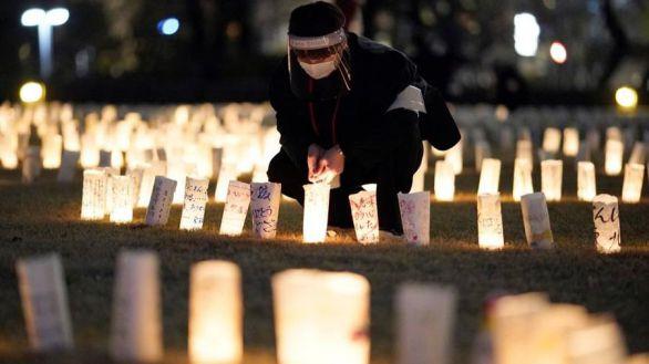 Japoneses encienden linternas de papel en memoria de las víctimas del terremoto y el tsunami que en 2011 devastaron el noreste del país y desataron el accidente nuclear de Fukushima.