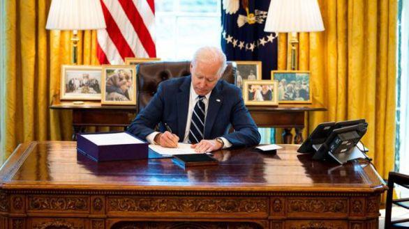 Biden firma el plan de rescate fiscal de 1,9 billones contra la pandemia