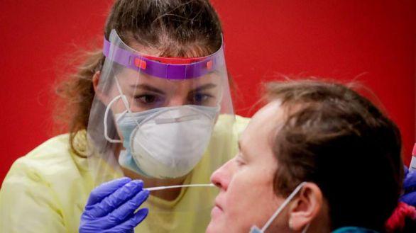 Una mujer se somete a un test PCR en Bruselas.