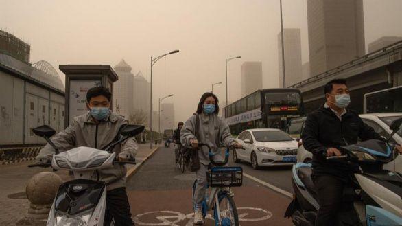 Pekín amanece cubierta por la segunda tormenta de arena en dos semanas