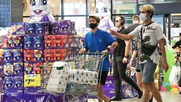 Residentes de Brisbane saliendo de un supermercado después de decretarse un confinamiento de tres días por un brote de coronavirus