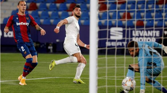 Un doblete de Rafa Mir da vida al Huesca |0-2