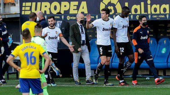 Shock en LaLiga: el Valencia abandona el partido por un insulto racista de Cala a Diakhaby