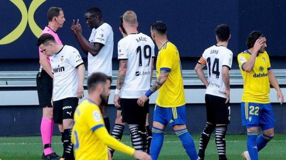 En el partido más triste del año, el Cádiz gana pero pierde por goleada   2-1