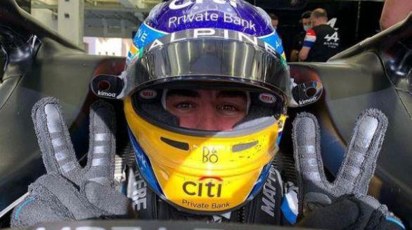 Fórmula Uno. Alain Prost y Ross Brawn aplauden a Alonso en su regreso