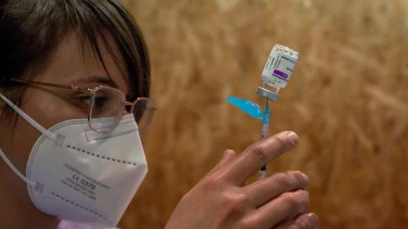 Una empleada sanitaria prepara una dosis de la vacuna de AstraZeneca durante la campaña de vacunación masiva.