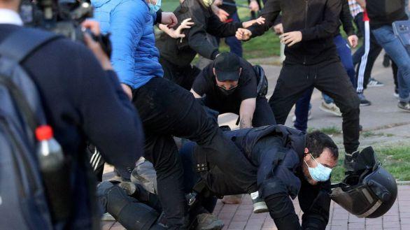 Grupos de extrema izquierda agreden a un policía en Vallecas en un acto de precampaña de Vox.