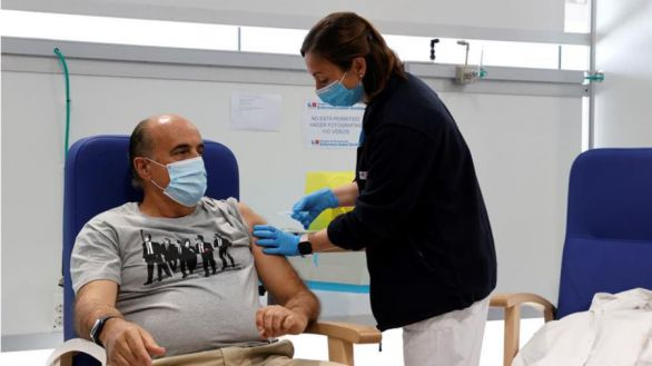 El viceconsejero de Sanidad, Antonio Zapatero, recibe la vacuna de AstraZeneca en el Zendal
