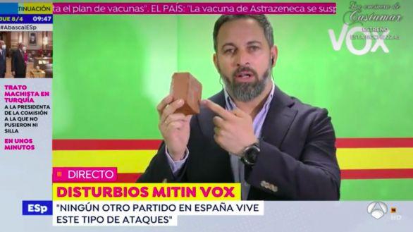 Abascal muestra un adoquín como los que lanzaron a Vox en Vallecas: