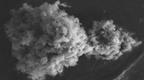 Micrografía electrónica de un micrometeorito Concordia extraído de la nieve antártica en el Dome C.