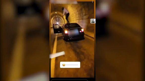 Investigado un conductor que se grabó bailando en el techo de su coche en marcha