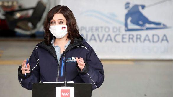 La presidenta de la Comunidad de Madrid, Isabel Díaz Ayuso, en la estación de esquí de Navacerrada.