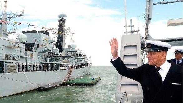 El Duque de Edimburgo saluda a un buque militar británico.
