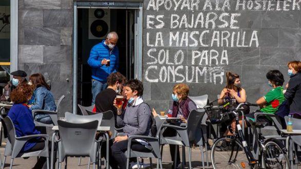 Sanidad propone a las comunidades prohibir fumar en las terrazas aunque haya distancia