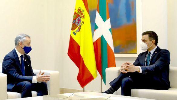 El presidente del Gobierno, Pedro Sánchez (d) y el lehendakari, Iñigo Urkullu.