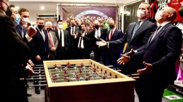 Felipe VI, Sánchez, Moreno e Imbroda 'se enfrentan' al futbolín en la final de Copa