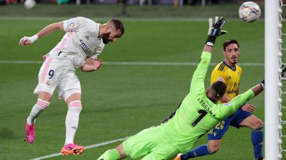 Benzema lidera un triunfo para mantener al Real Madrid en el pulso por la Liga |0-3