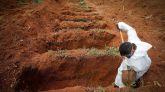 Un trabajador abre hoy fosas para enterrar víctimas mortales de covid-19 en el Cementerio Vila Formosa, en Sao Paulo (Brasil).