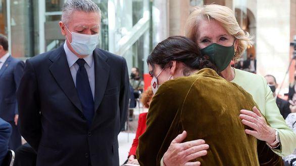 Fotos del acto del 2 de mayo: efusivo abrazo de Ayuso y Aguirre y frío reencuentro con Garrido
