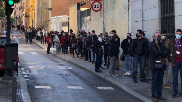Largas colas en los colegios electorales para votar desde primera hora