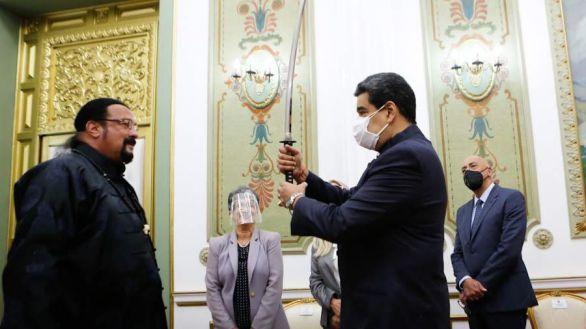 Carne de meme: Steven Seagal regala una espada samurái a Nicolás Maduro