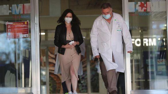 Ayuso visita a Gabilondo en el hospital y le desea una