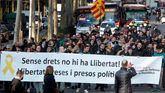 Un grupo de personas de independentistas se manifiesta en Barcelona por la libertad de los políticos presos.