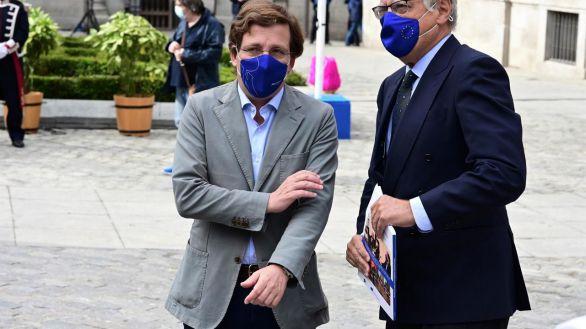 El alcalde de Madrid, José Luis Martínez-Almeida conversa con el politógolo Francisco Aldecoa durante el acto de homenaje del Día de la Unión Europea.