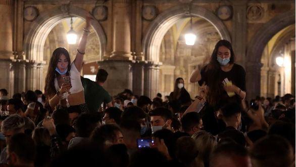 El vacío legal tras decaer el estado de alarma llena las calles de multitudinarias fiestas
