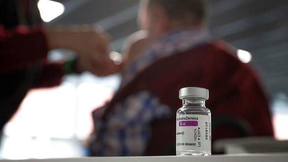 Combinar dosis de vacunas diferentes de coronavirus aumenta las reacciones leves