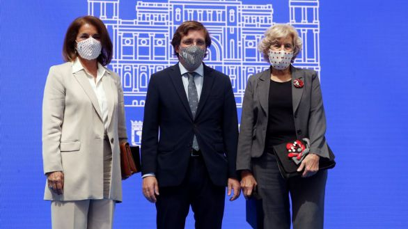 Madrid apela a la concordia y entrega su medalla de honor a Botella y Carmena