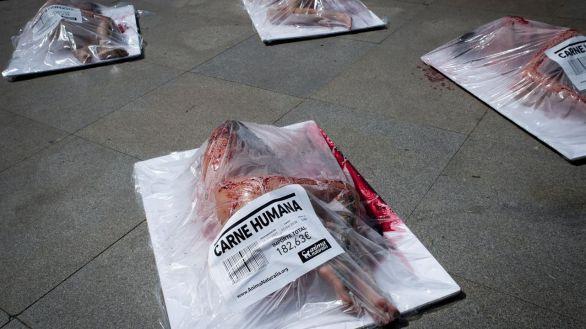 Humanos desnudos y envasados denuncian el 'insostenible' consumo de carne