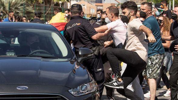 Sonoro abucheo, insultos y golpes al coche del presidente Sánchez a su llegada a Ceuta