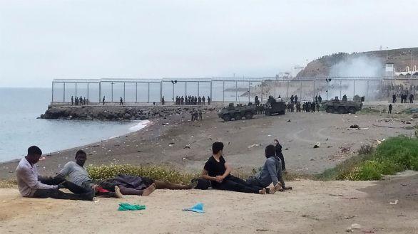 Marruecos cierra los accesos fronterizos e interrumpe la entrada masiva de inmigrantes