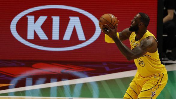 NBA. El genial triple de LeBron que saca a los Lakers del lío ante Warriors