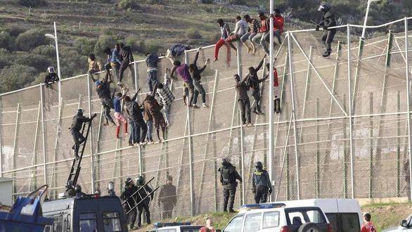Entran a Melilla otros 40 magrebíes tras forzar una reja de la valla