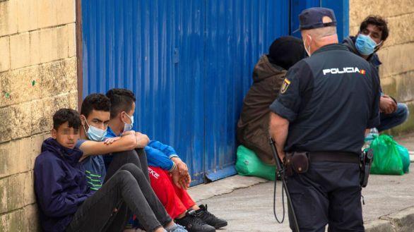 Trasladan a 250 menores marroquíes a un polideportivo cubierto de Ceuta