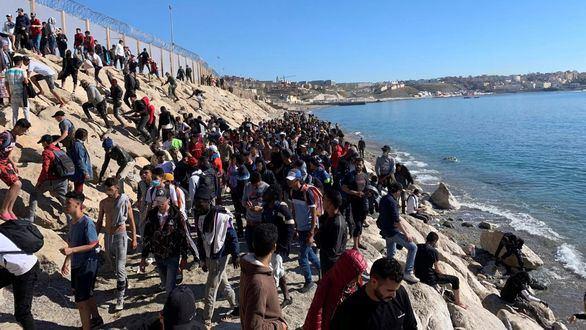 Imagen de archivo: un grupo de personas tratan de cruzar la valla fronteriza que separa Fnideq (Castillejos, Marruecos) y Ceuta