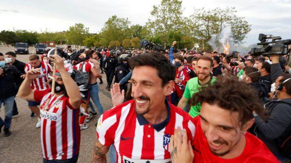 Las imágenes de la indignación: el Atlético provoca una carga policial