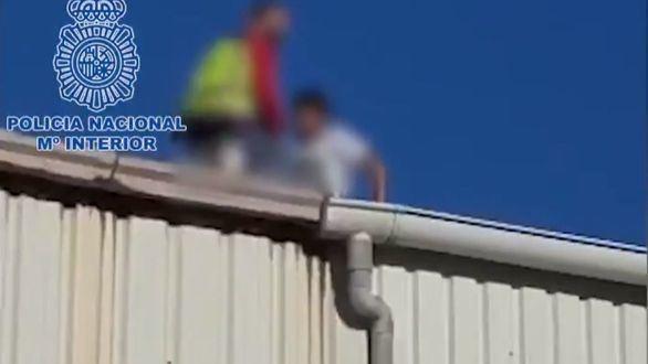 Rescatado un menor que trataba de escapar por el tejado de su lugar de acogida en Ceuta