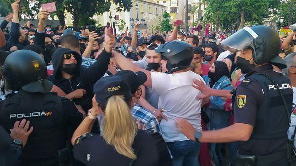 Cientos de personas intentan asaltar el hotel de Ceuta donde se aloja Abascal