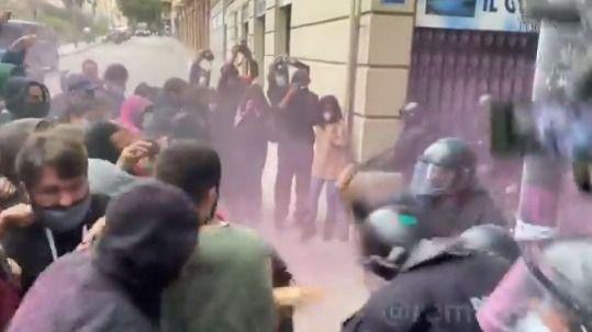 Tensión en un desahucio en Barcelona: lanzan pintura roja y objetos a la Policía