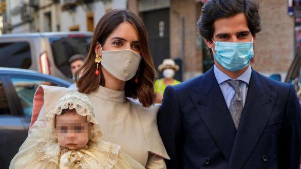 Fernando Fitz-James y Sofía Palazuelo bautizan en Sevilla a su hija